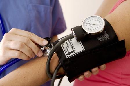 Doktor meria žene krvný tlak