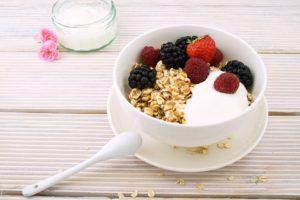 Ovsená kaša s ovocím a jogurtom